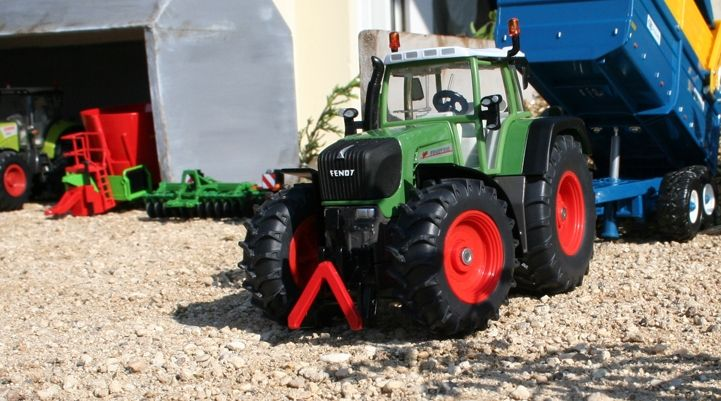 Extensive range of different model farming vehicles & machinery